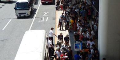 混雑する那覇空港のターミナル風景